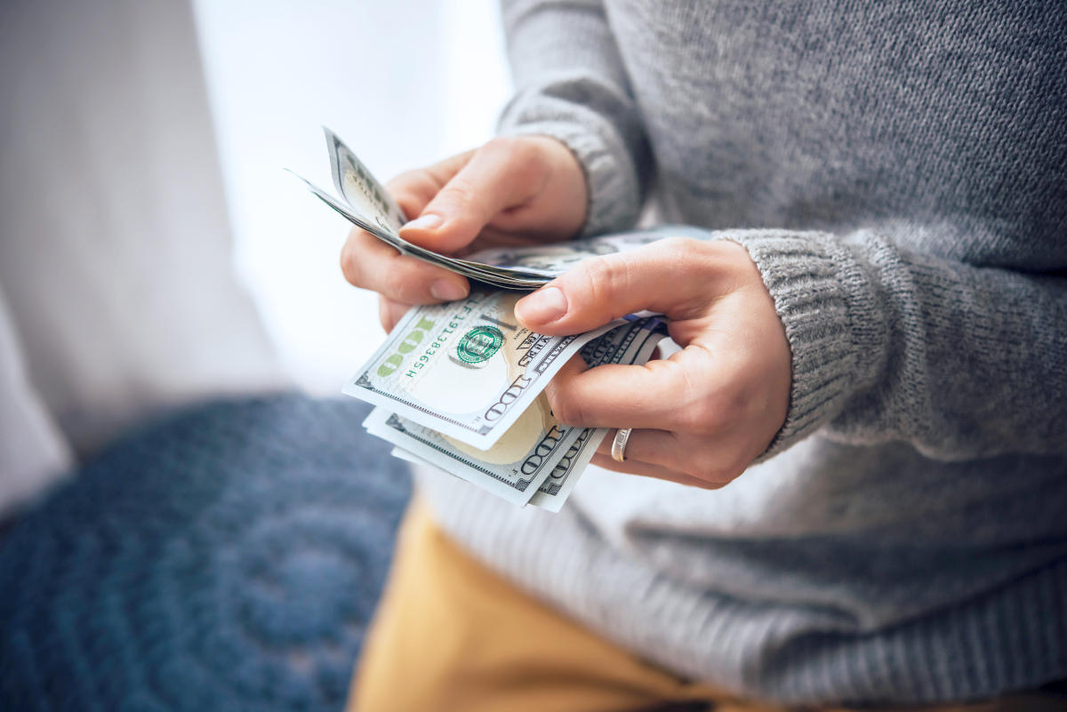 Hands counting us dollar bills | Investing 101: A Beginner's Guide To Investing | stock investing