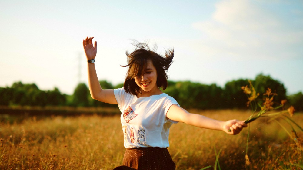 asian girl dancing happily in the open field during sunset | New Year, New Me: Resolution Ideas That Will Make 2020 The Best Year Yet | new year new me | FEATURED