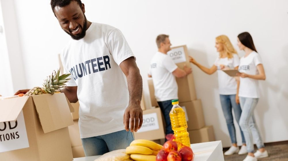 group of people doing volunteer job | feature | 6 Tips to Become A Real Altruist