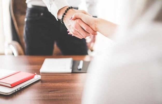 shaking hands in the office | 9 Tips to Persuade | How to Persuade People: 9 Tips from Salespeople