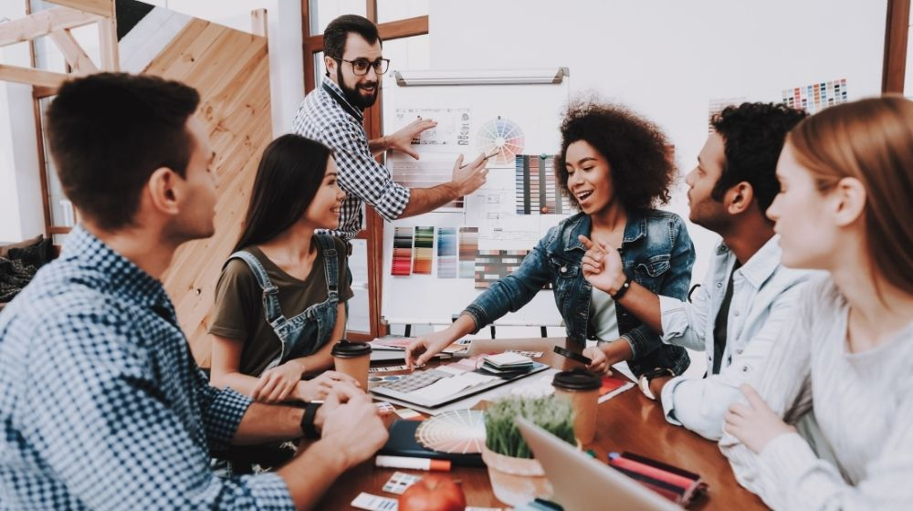 leader guides their staff-feature image-ca | How To Be a Better Manager To Your Team | Feature